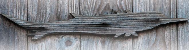 Изображение осетра на двери дома