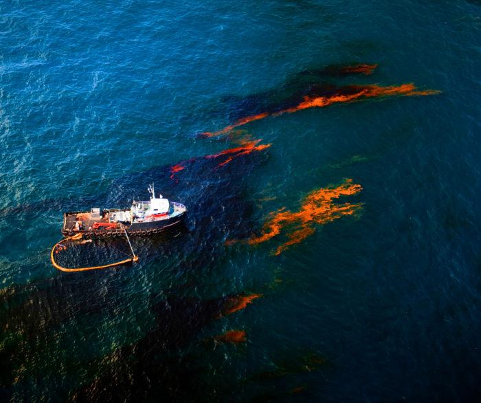 Ликвидация нефтяного пятна на поверхности моря