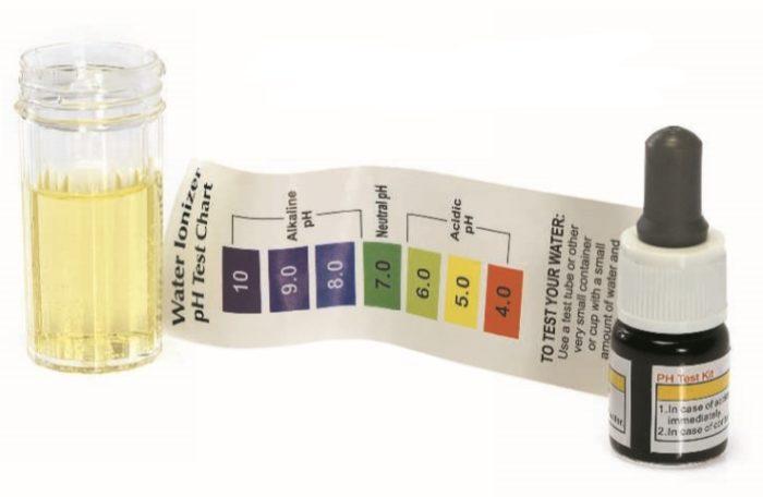 Проверка кислотности воды путем сравнения цвета реагента