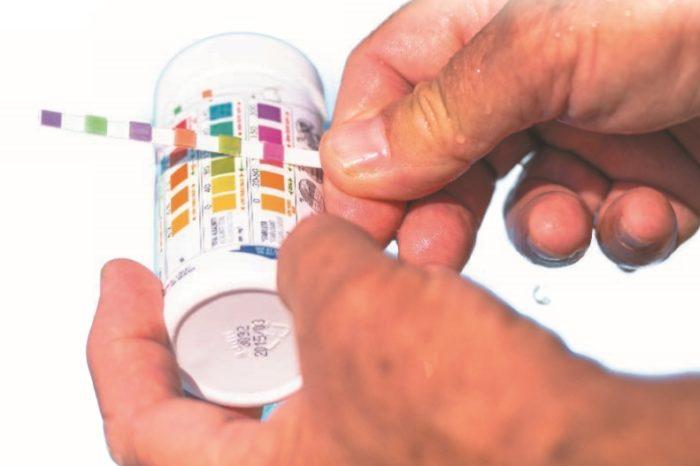Измерение параметров воды с помощью тестовых индикаторных бумажек